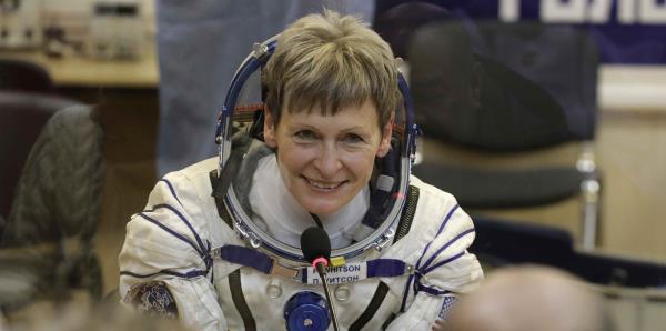 La astronauta de la NASA con más tiempo en el espacio se retira