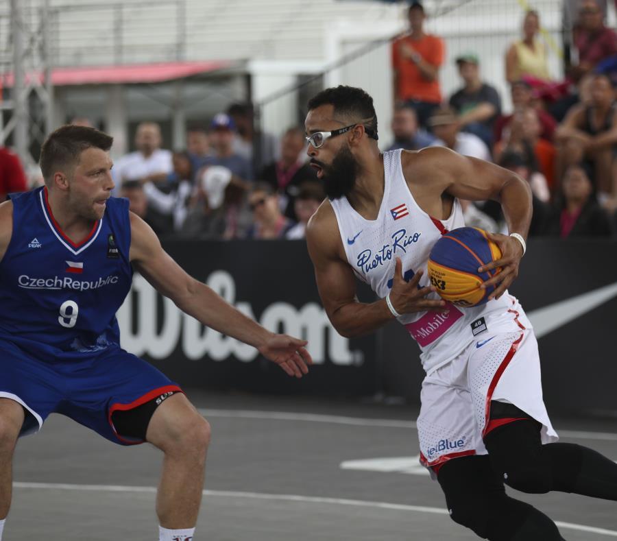 Gilberto Clavell, con el balón, intenta llegar al canasto. (semisquare-x3)