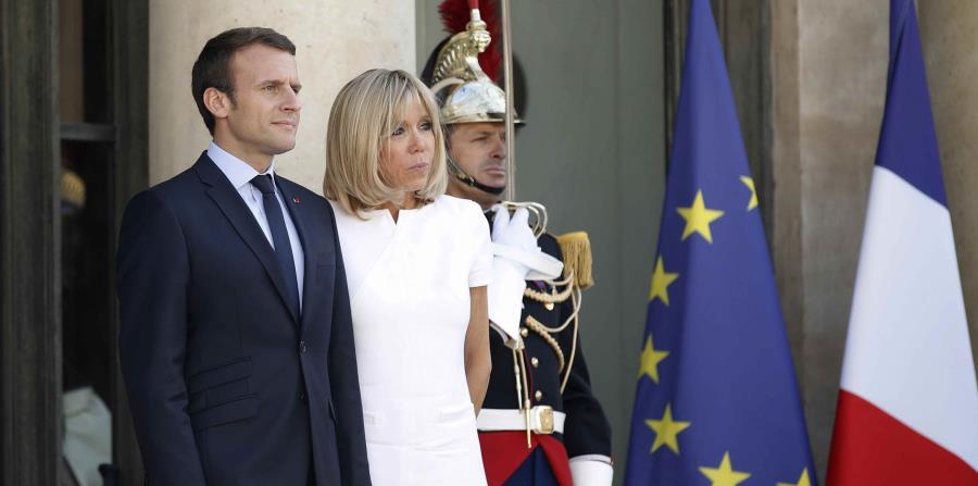 Imagen de archivo del presidente de Francia, Emmanuel Macron (izquierda), y su esposa Brigitte Macron (centro) frente al Palacio del Elíseo en París (Francia), el 8 de junio de 2017. (EFE) (horizontal-x3)