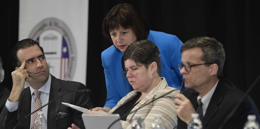 Natalie Jaresko, al centro de pie, conversa con varios miembros de la Junta de Supervisión Fiscal. (GFR Media) (horizontal-x3)