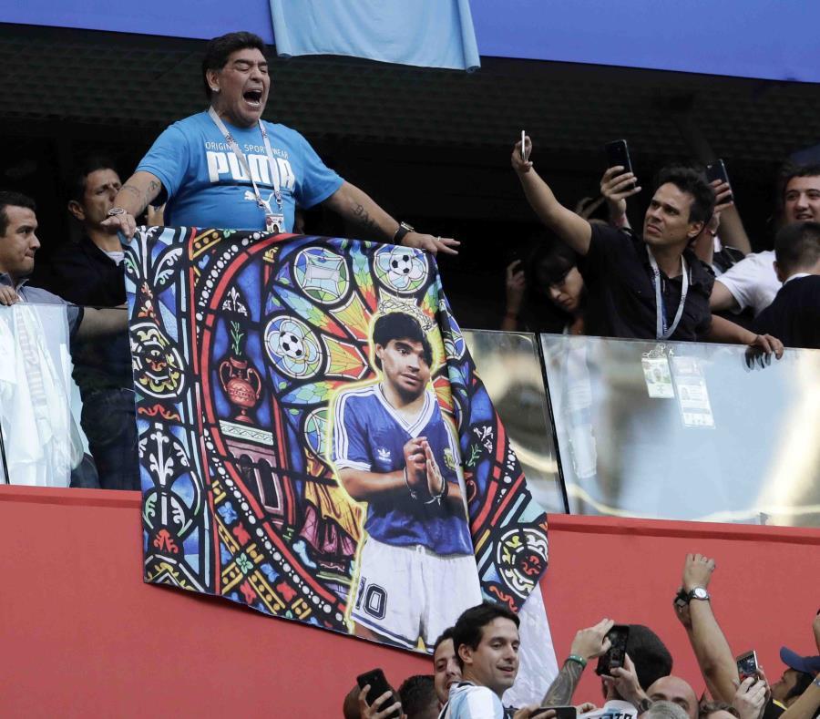Diego Maradona (izq.) requirió de atención médica por una descompensación en el estadio de San Petersburgo. (AP / David Josek) (semisquare-x3)