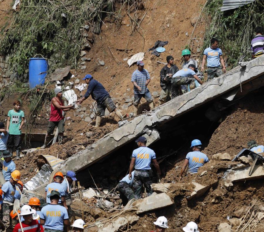 Miembros de los servicios de rescate trabajan en las labores de búsqueda de víctimas tras un corrimiento de tierra en una mina en el municipio de Itogon en la provincia de Benguet, Filipinas. (EFE) (semisquare-x3)