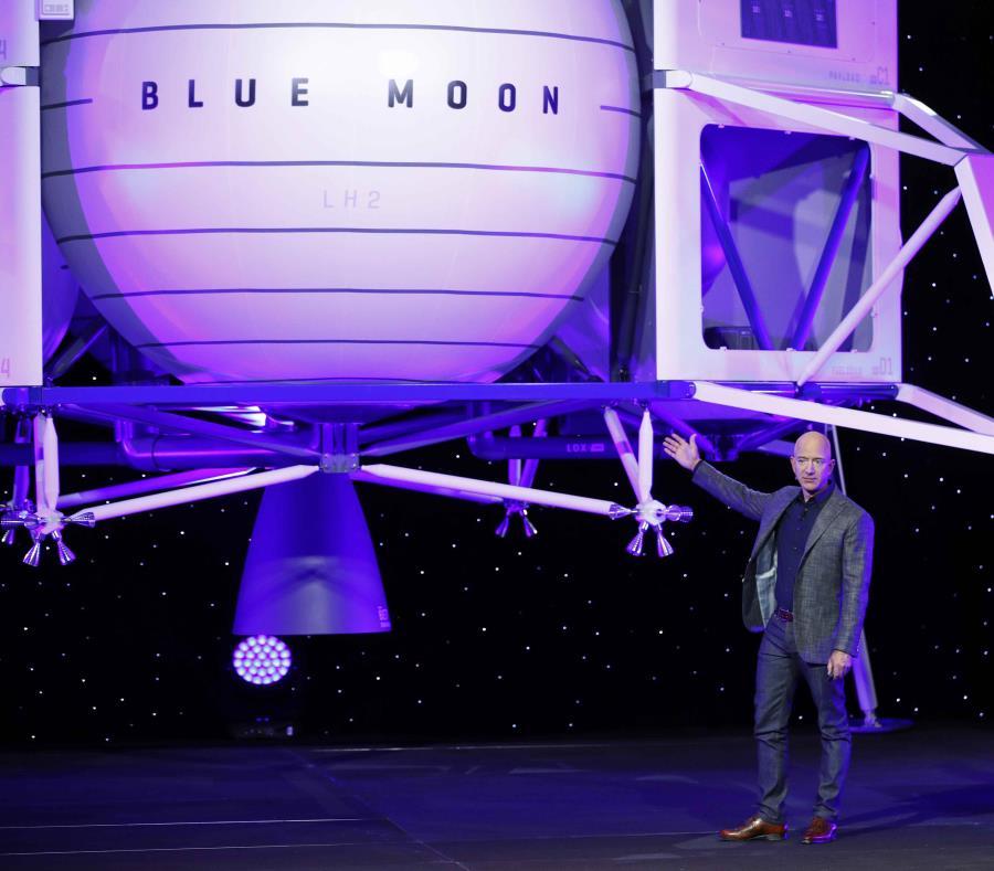 Jeff Bezos habla frente a un modelo a escala del módulo de aterrizaje lunar Blue Origin el jueves 9 de mayo de 2019 en Washington. (AP / Patrick Semansky) (semisquare-x3)