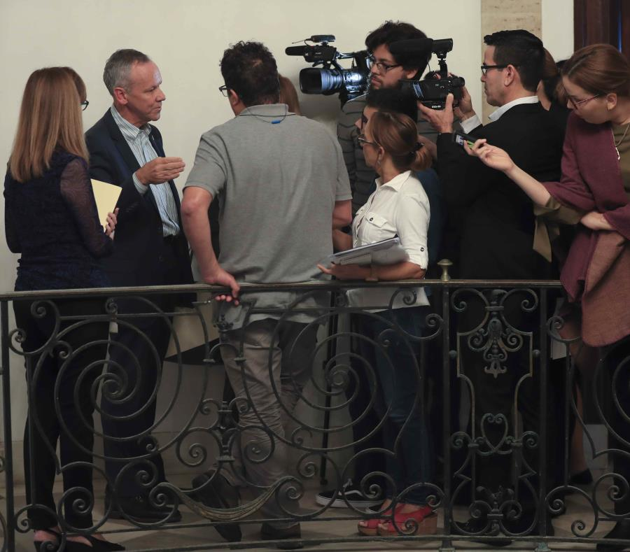El director ejecutivo de la AEE, José Ortiz (extrema izquierda), hizo énfasis en el uso del gas natural mientras se hace una transición hacia fuentes renovables de energía. (semisquare-x3)