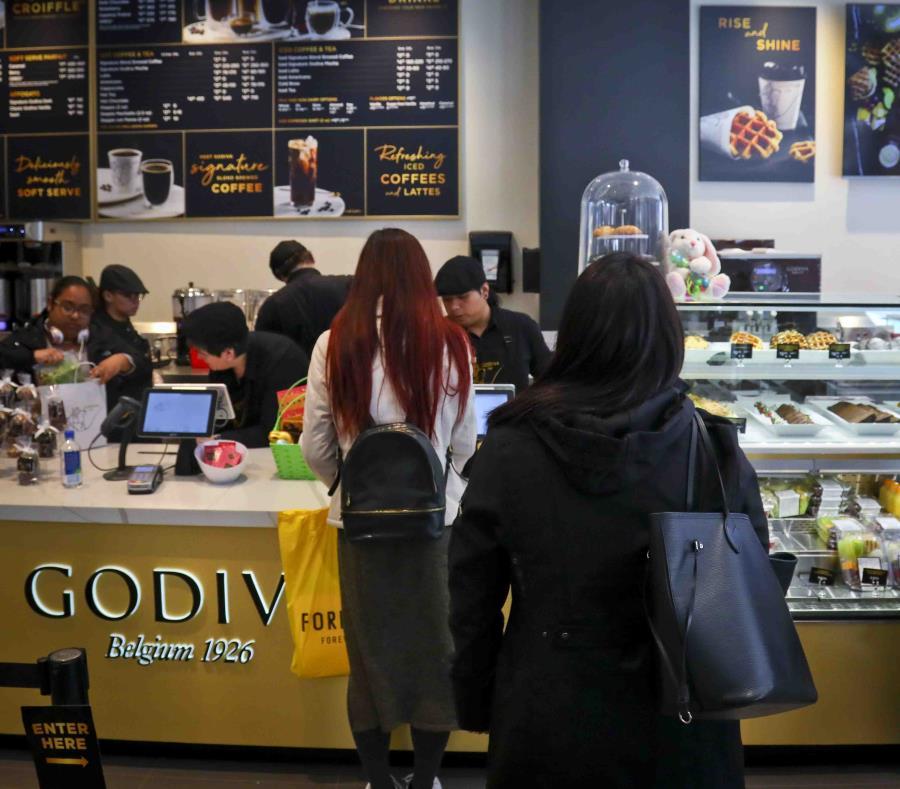En la imagen, los consumidores esperan en fila en el nuevo local de Godiva en Nueva York el 16 de abril del 2019. (AP/ Bebeto Matthews) (semisquare-x3)