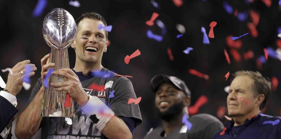Tom Brady, de los Patriots de Nueva Inglaterra, sostiene el Trofeo Vince Lombardi en el Super Bowl 2017 (horizontal-x3)