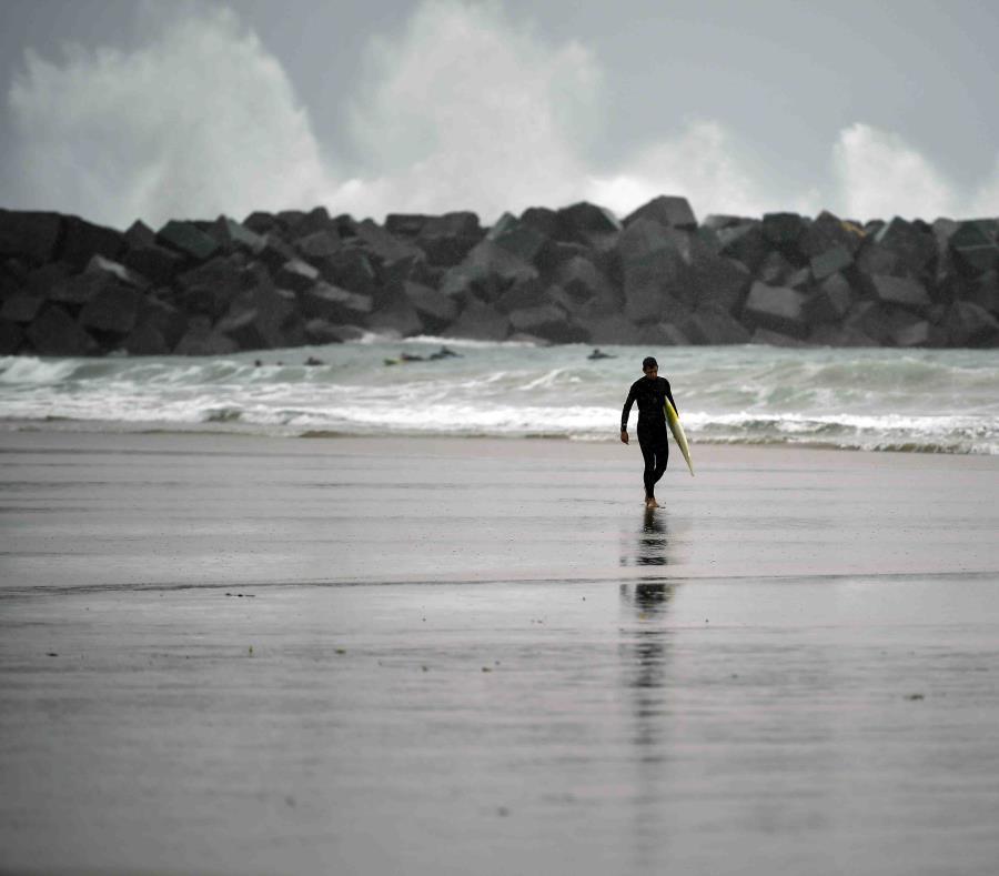Los surfers aprovecharon el oleaje causado por el huracán Leslie. (AP) (semisquare-x3)