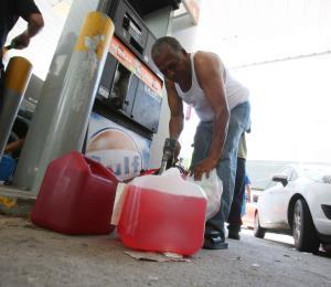 Largas filas invaden las gasolineras tras el apagón general