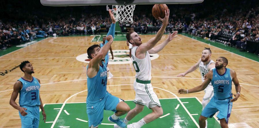 El regreso de Gordon Hayward (con el balón) a la rotación de los Celtics, tras perder el año pasado por una fractura, fortalecerá aún más al quinteto. (AP / Charles Krupa) (horizontal-x3)