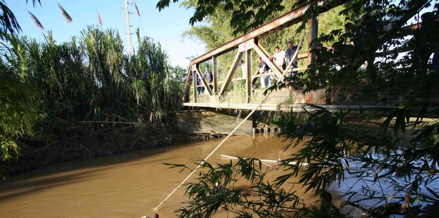 Una sección de un antiguo puente entre Bayamón y Naranjito cayó esta tarde al río la Plata. (horizontal-x3)