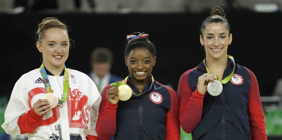 Aly Raisman (derecha), acompañada de las gimnastas Simone Biles (centro) y Amy Tinkler (izquierda), ha criticado duramente al equipo estadounidense de gimnasia en los últimos meses. (Archivo / AP) (horizontal-x3)
