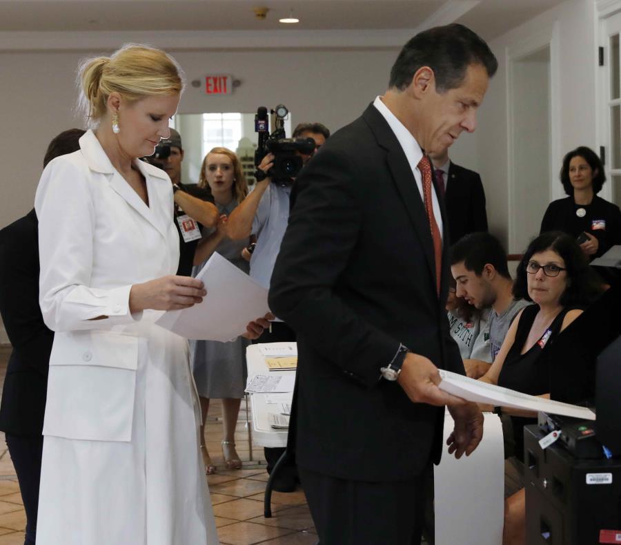 El gobernador Andrew Cuomo, acompañado por su novia Sandra Lee, ejerce su voto en las primarias para la silla de gobernador de Nueva York. (AP / Richard Drew) (semisquare-x3)