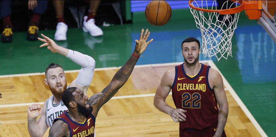 Pese a los 42 puntos de LeBron James, los Cavaliers perdieron ante los Celtics. (EFE) (horizontal-x3)