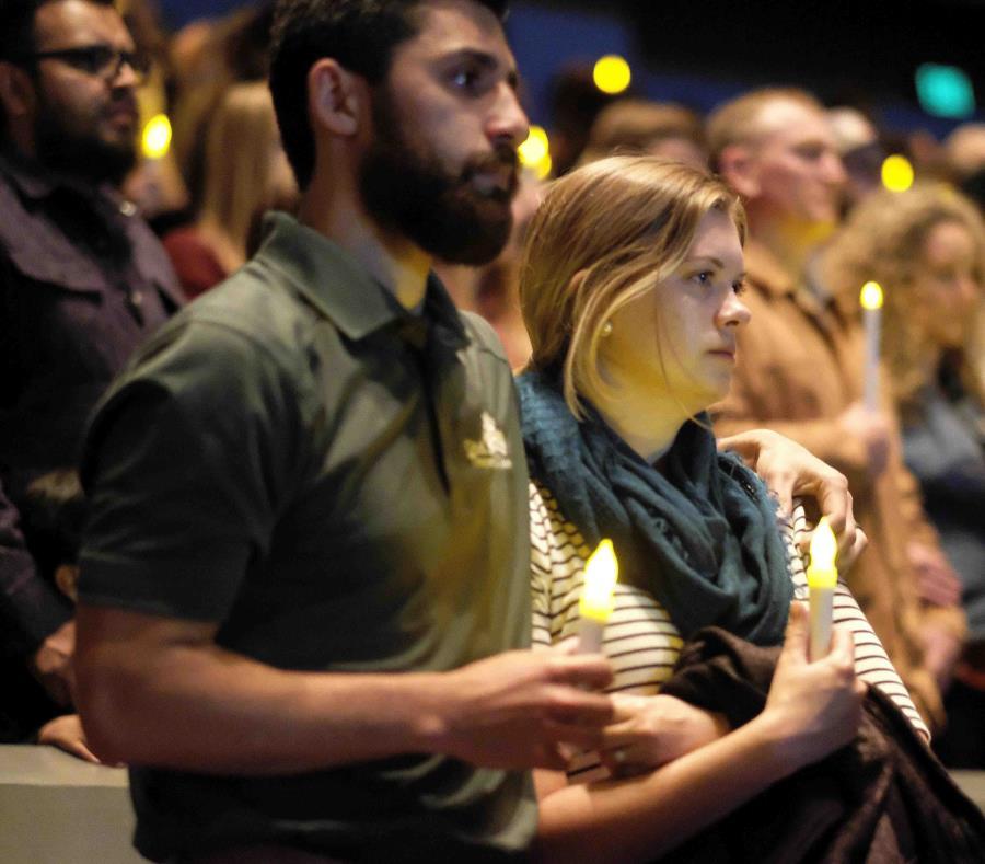 Un grupo de personas reza por las víctimas de una balacera en una vigilia en Thousand Oaks, California, el 8 de noviembre de 2018 (semisquare-x3)