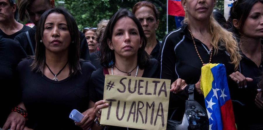 Un grupo de mujeres participa en una manifestación en Caracas frente al comando de la Guardia Nacional Bolivariana, a propósito de la celebración del día de las madres. (horizontal-x3)