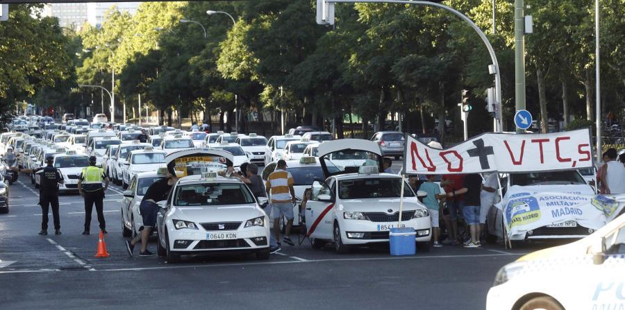 Los taxistas protestan por la proliferación de Uber y Cabify. (EFE) (horizontal-x3)