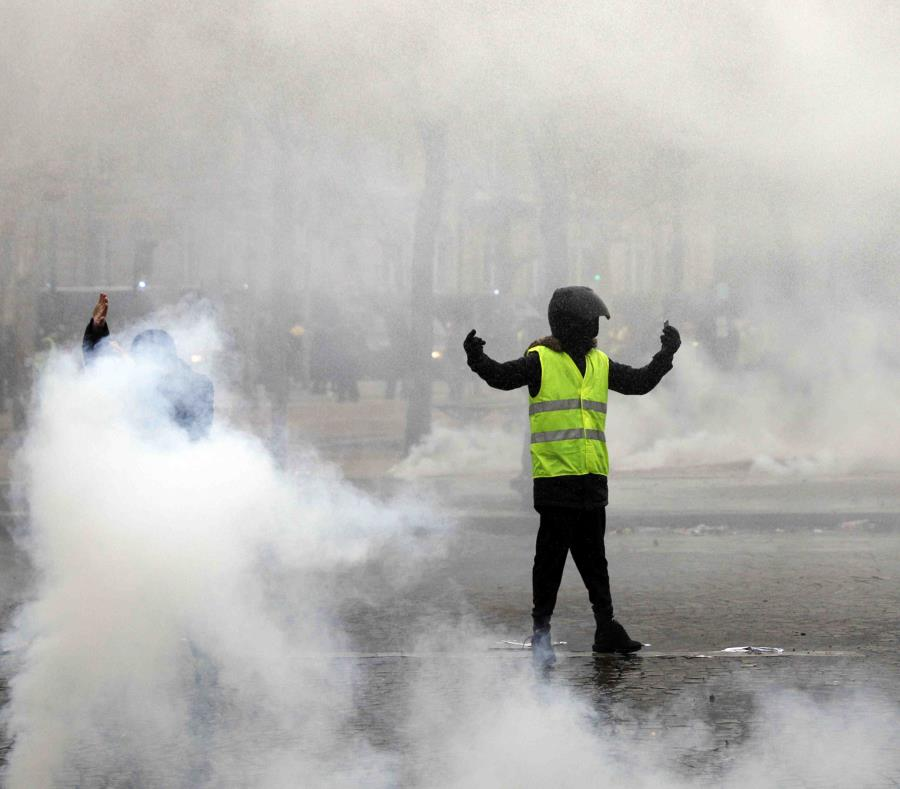 Un manifestante chaleco amarillo provoca a la policía. (semisquare-x3)