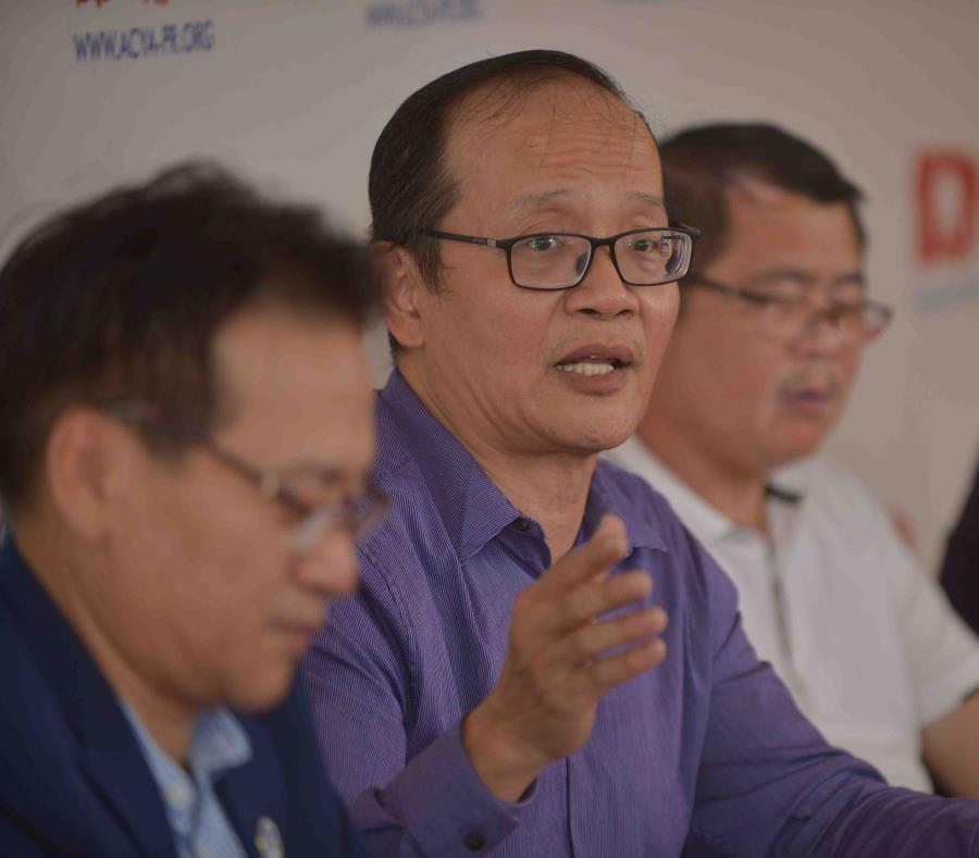 Al centro está Stephen Leung, director ejecutivo de la Asociación Asiática de Comunidades y Jóvenes. (semisquare-x3)