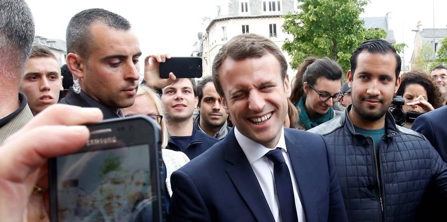 Fotografía de archivo que muestra al presidente francés, Emmanuel Macron (c), junto a su colaborador Alexandre Benalla (d), durante un mitin celebrado en Rodez, Francia (horizontal-x3)