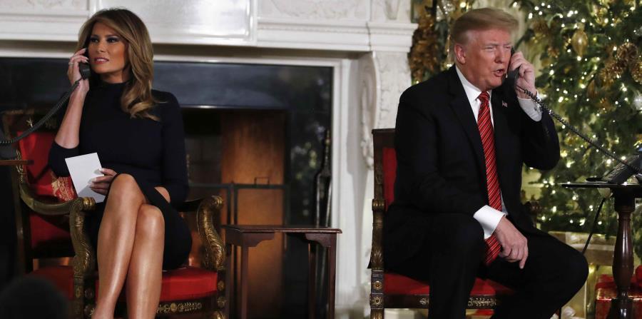 El presidente Donald Trump y la primera dama Melania Trump hablan por teléfono con niños para informarles la ubicación de Santa Claus según el programa de seguimiento de Santa del NORAD, el lunes 24 de diciembre de 2018. (AP) (horizontal-x3)