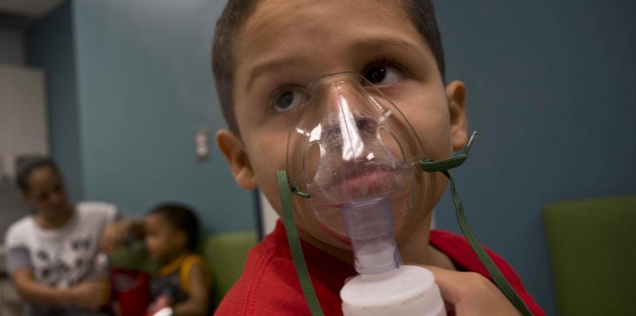 Yahir García es una de las varias personas que recibe tratamientos diarios para el asma tras la tormenta categoría 4 en Puerto Rico. (AP) (horizontal-x3)