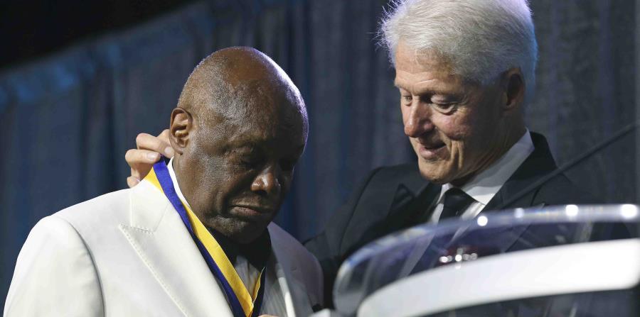 El expresidente Bill Clinton le coloca la medalla Thalheimer Spingarn a Willie L. Brown, exalcalde de San Francisco, durante la 109na convención de la Asociación Nacional para el Progreso de la Gente de Color en San Antonio, Texas (horizontal-x3)