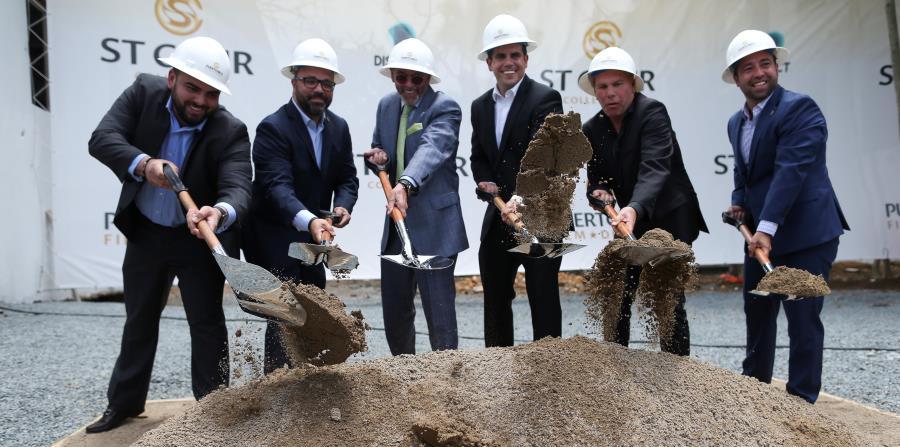 Desde la izquierda: Anthony Maceira, Manuel Laboy, Keith St. Clair, el gobernador Ricardo Rosselló, Richard Ambranson y Omar Marrero lanzan los primeros puñados de terreno del nuevo Puerto Rico Film District. (horizontal-x3)