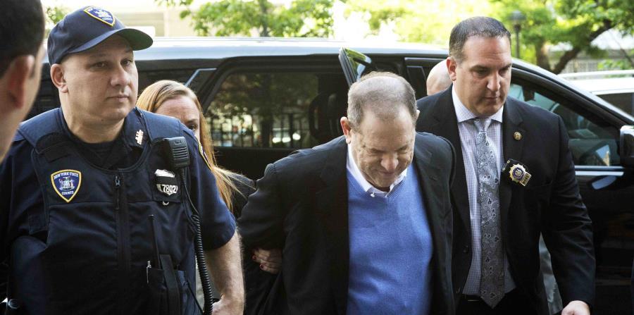 Harvey Weinstein arriba a una comisaría para entregarse a las autoridades ante denuncias de abuso sexual (horizontal-x3)