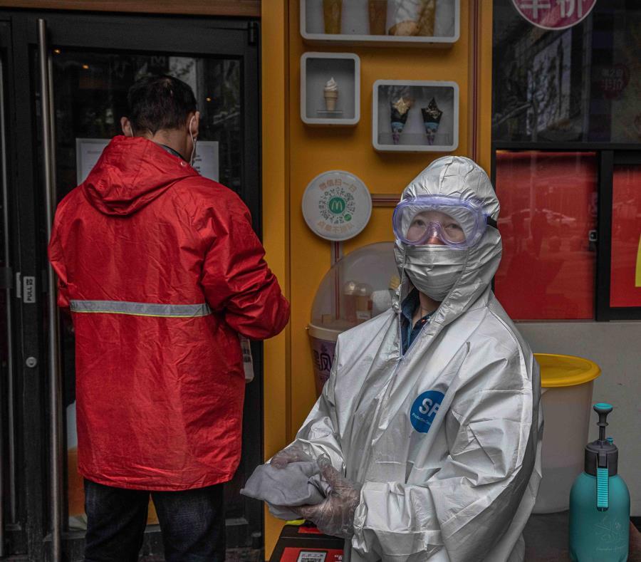 Con tapabocas y guantes, vendedores ambulantes regresan a vender en Wuhan