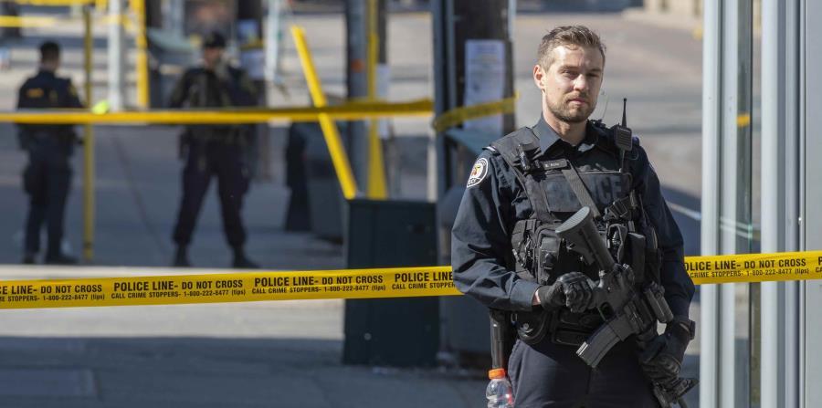 Un miembro de la Policía de Canadá (horizontal-x3)
