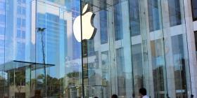 Apple reabre su icónica tienda del cubo de cristal en Nueva York