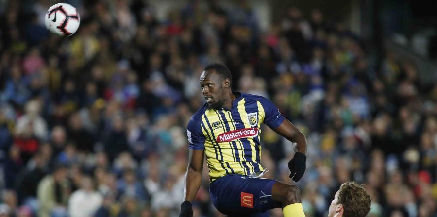 Bolt brinca para tratar de llegar al balón. (AP) (horizontal-x3)