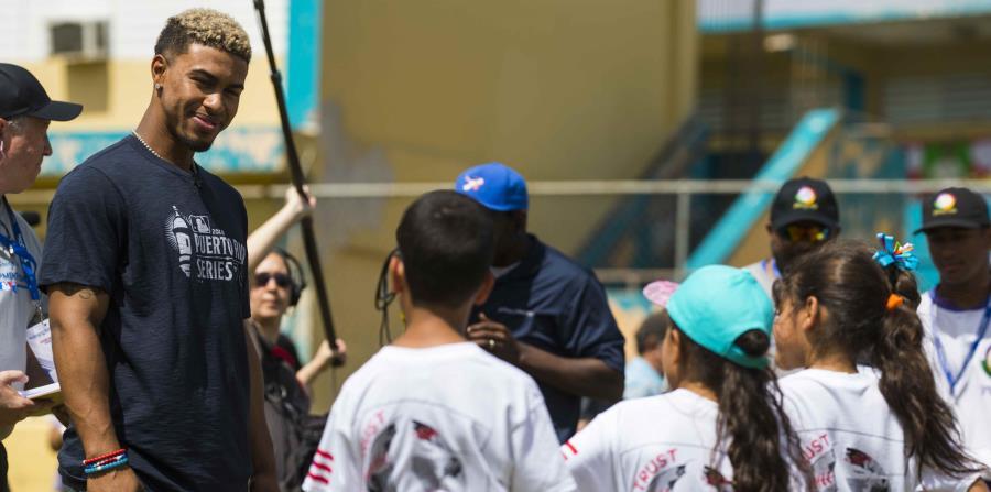 El campocorto de los Indios Francisco Lindor participa de una clínica para 242 estudiantes en la escuela Villa Marina en Gurabo. (horizontal-x3)