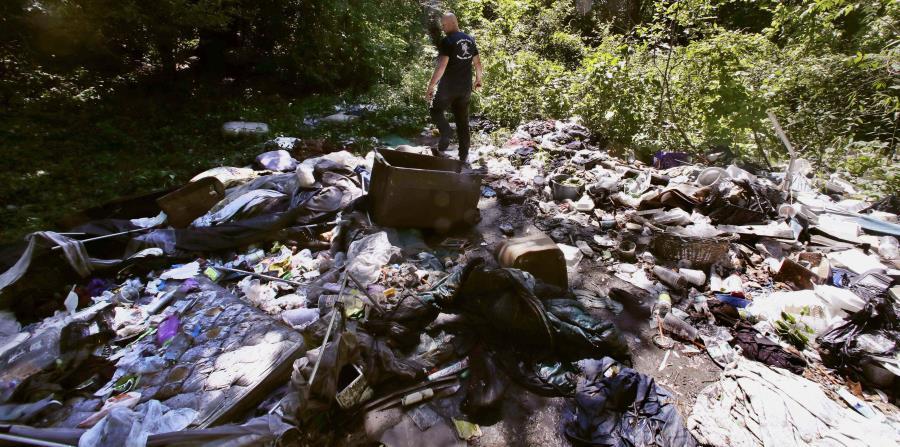 el activista Rocky Morrison camina por un asentamiento donde adictos a los opiáceos se inyectan drogas en la ribera del río Merrimack en Lowell, Massachusetts. (horizontal-x3)