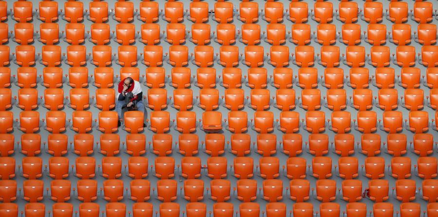 Un solitario fanático de Egipto observa el partido ante Uruguay. (AP) (horizontal-x3)