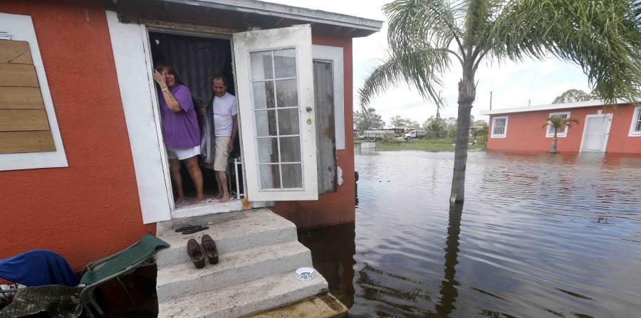 Quintana y Liz Pérez miran la inundación en su casa en Immokalee. (horizontal-x3)