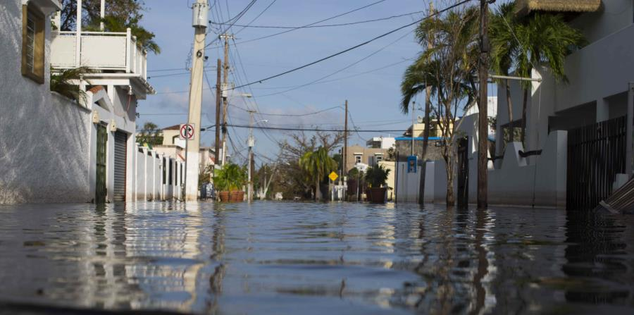 Una de las calles de Ocean Park, en San Juan, anegada por el agua. (horizontal-x3)