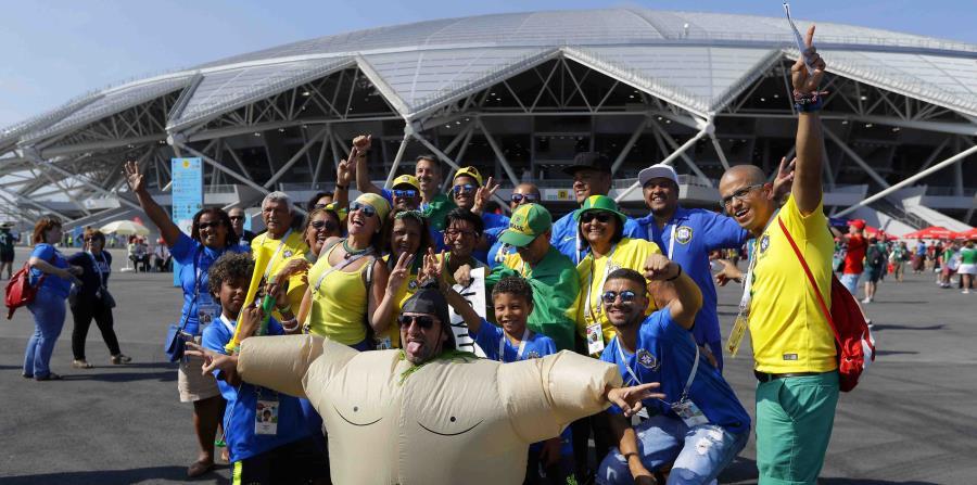 Hinchas brasileños posan frente a la Arena Samara previo al partido de octavos de final del Mundial entre México y Brasil, el lunes 2 de julio de 2018.  (AP) (horizontal-x3)