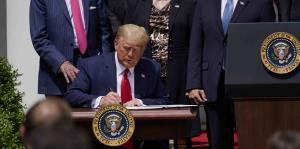 Donald Trump firma medida que flexibiliza el programa de protección de nómina