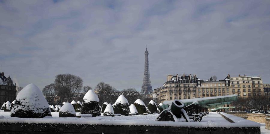 Cierran la Torre Eiffel por el temporal que sacude Francia (horizontal-x3)