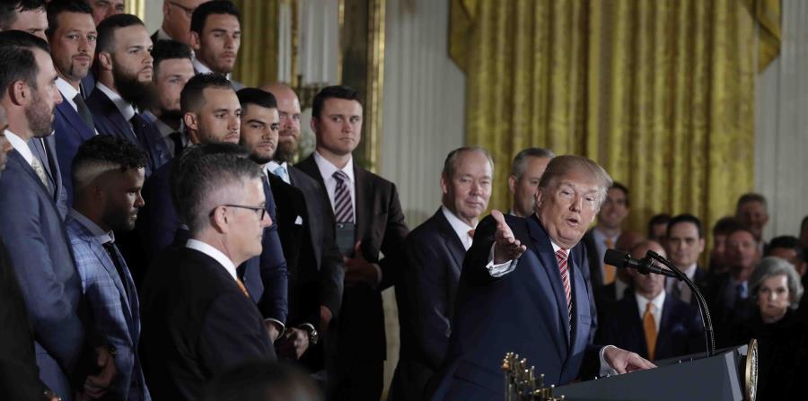 Trump durante la ceremonia en la que felicitó al equipo de los Astros de Houston por ser los campeones de la Serie Mundial. (horizontal-x3)