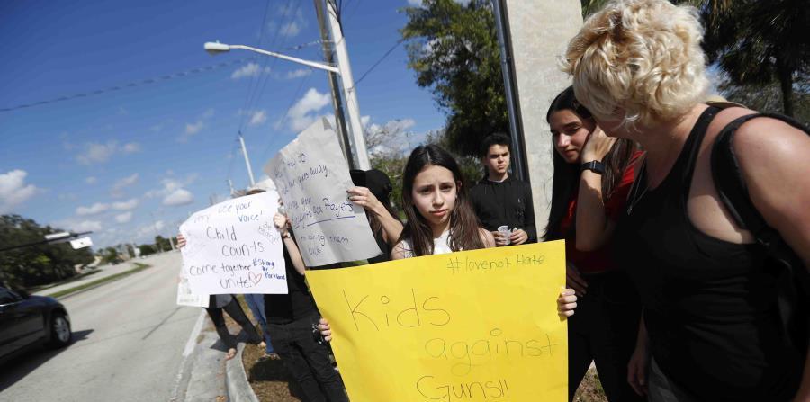 Padres y estudiantes de la escuela Marjory Stoneman Douglas en una protesta en febrero (horizontal-x3)