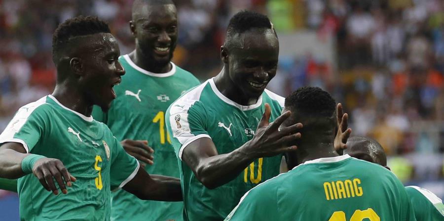 Mbaye Niang (19) celebra su gol con sus compañeros. (AP) (horizontal-x3)