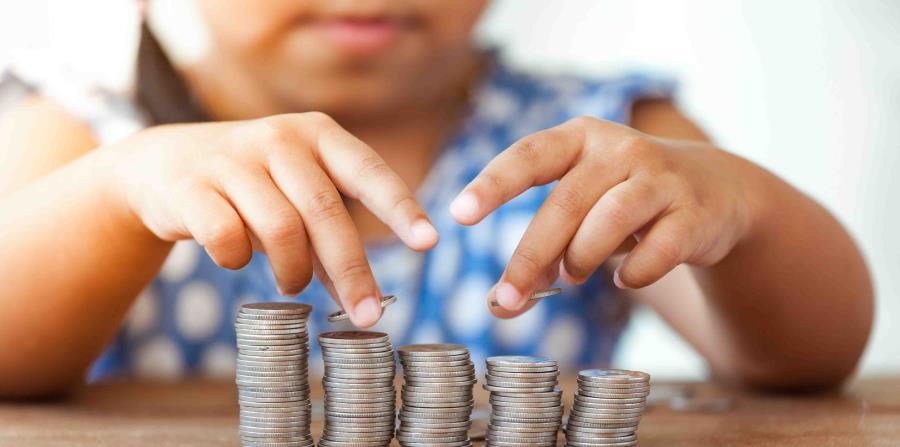 El experto recomendó educar a los más pequeños con tres alcancías: una para ahorrar, otra con dinero para compartir con otras personas y una tercera para costear deseos o gustos. (Shutterstock) (horizontal-x3)