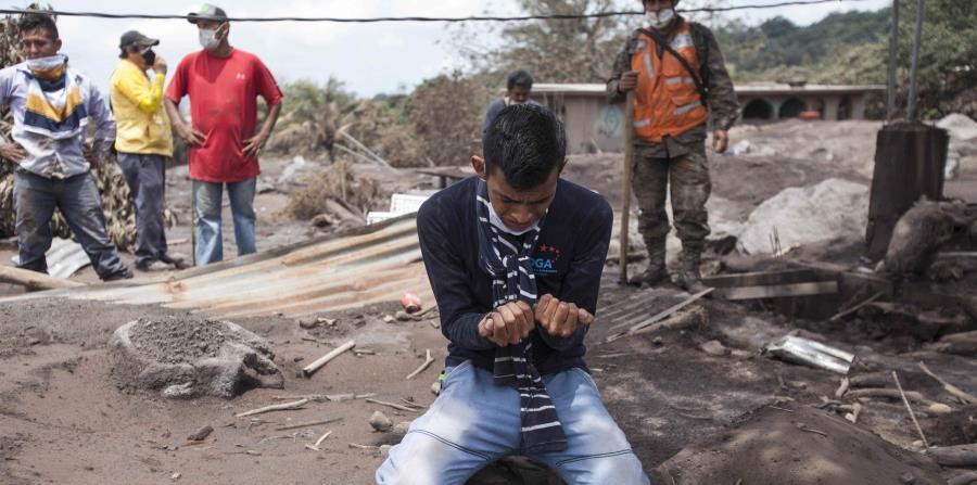 Bryan Rivera llora al ver los restos de su casa, después de que su familia desapareciera en la erupción del Volcán de Fuego en San Miguel Los Lotes, Guatemala. (horizontal-x3)