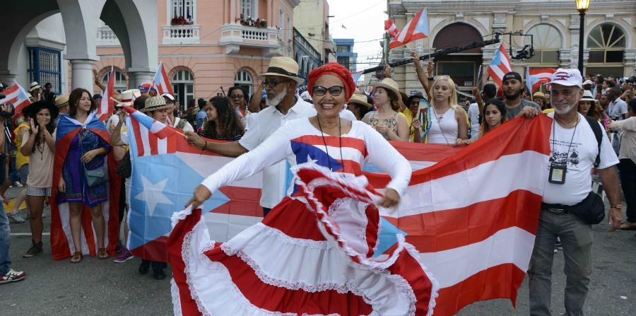 Una boricua baila bomba por las calles de Santiago de Cuba. (Suministradas / Miguel Rubiera, Agencia Cubana de Noticia) (horizontal-x3)