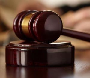 Radican cargos contra una madre por la muerte de su bebé de dos años