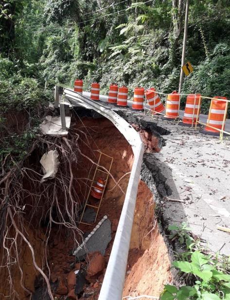 La parte del terreno que cedió fue lo suficientemente grande como para erradicar el carril para subir en parte de la carretera 119. (Facebook.com / Gilbert Alayón Vélez) (vertical-x1)