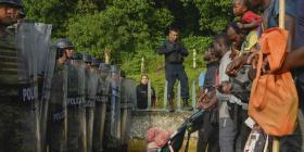 Cientos de migrantes esperan hacinados en México mientras intentan conseguir visas de tránsito