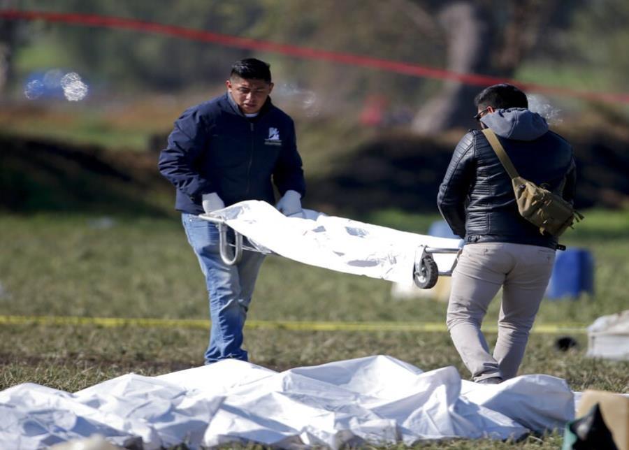 Expertos forenses trabajan en la zona donde se registró una gigantesca explosión tras la perforación clandestina de un oleoducto en Tlahuelilpan, Hidalgo, en el centro de México, el sábado 19 de enero de 2019. (semisquare-x3)